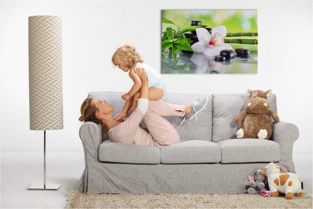 Wohnraum mit Frau und Kind