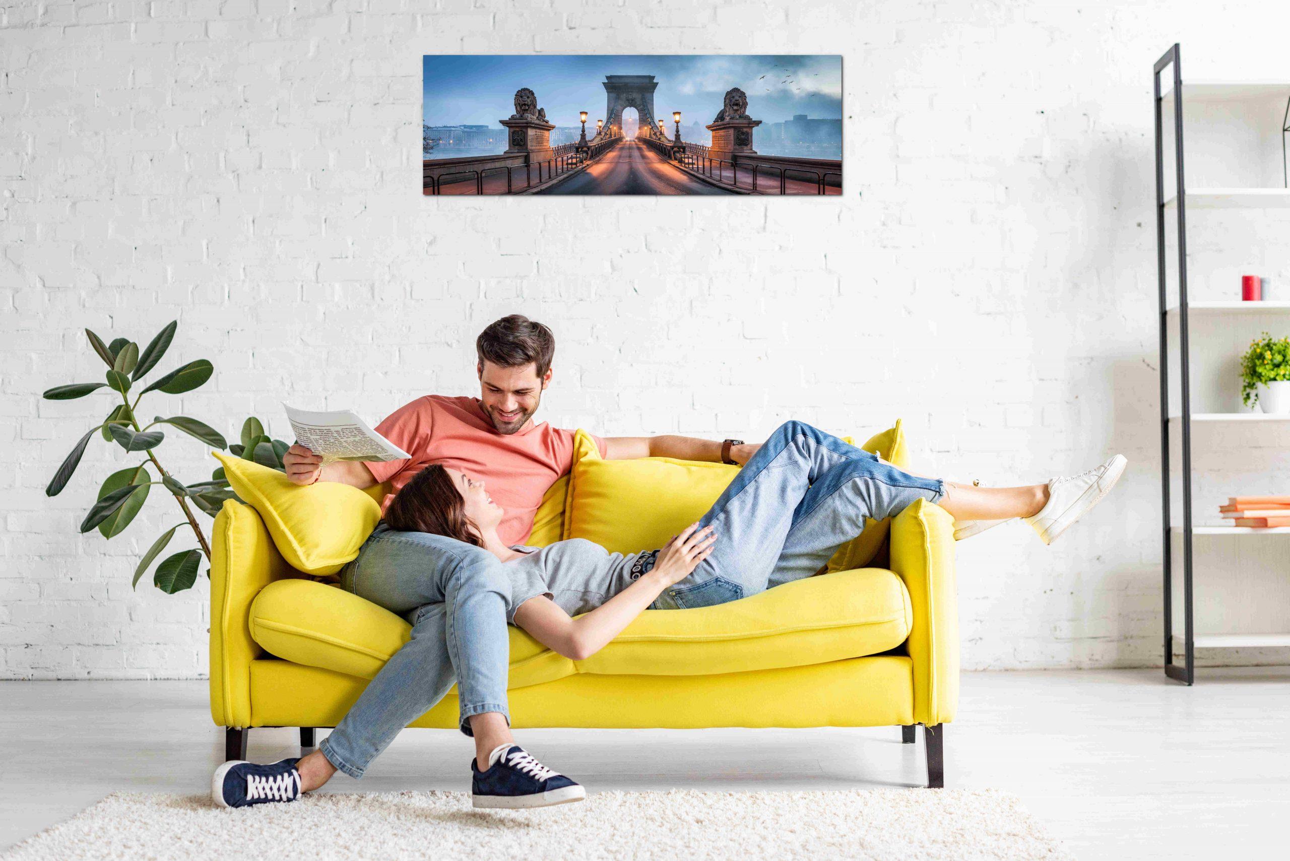 Paar im Wohnzimmer mit infrarotheizung