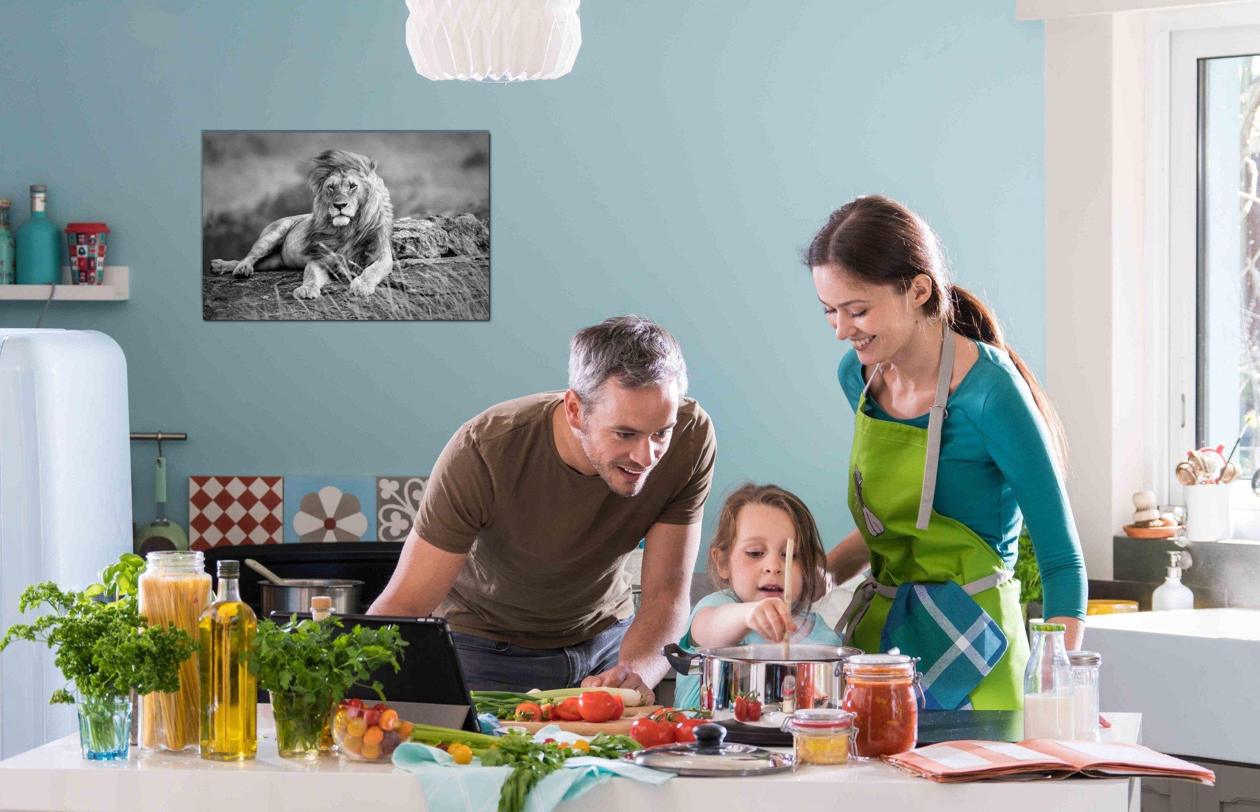 Familie in Küche mit Infrarotheizung