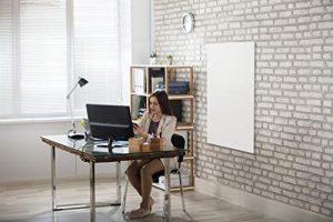 Frau im Arbeitszimmer mit Infrarotheizung